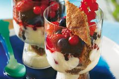 Beeren, Kuchen, Creme: ein köstliches Trio! Zum Rezept: Mittsommer-Trifle
