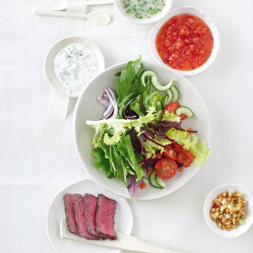 Gemischter Salat mit Toppings und Dressings