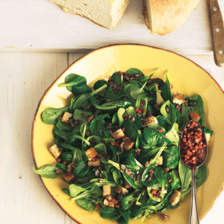 So liebt man Feldsalat im Schwarzwald: mit Speck, krachig-knusprigen Croûtons und Kürbiskernen. Zum Rezept: Feldsalat mit Speck und Kracherle