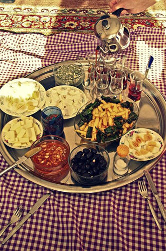 """Reise-Kochbuch """"Spices & Spandex"""": Die türkische Gastfreundschaft ist berühmt. Hier empfängt man die beiden Reisenden mit einem königlichen Frühstück. Die Belohnung für eine Reise, die oft beschwerlich und manchmal auch gefährlich ist: In Kroatien wird Tom von einem Auto überfahren, in Malawi erwischt ihn ein Bus."""