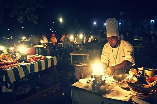 """Reise-Kochbuch """"Spices & Spandex"""": Auf dem Markt in Sansibar. Um die authentischen Gerichte der Länder kennenzulernen, in die seine Reise ihn führt, probiert Tom alles, was man ihm anbietet - von Fischköpfen bis Bullenlunge."""