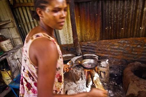 """Reise-Kochbuch """"Spices & Spandex"""": Das Buch zeigt auch die Menschen, denen Tom und Matt auf ihrer Reise begegnen, die sie willkommen heißen und für sie kochen. Herzliche Gastfreundschaft erfahren sie oft vor allem dort, wo die Menschen wenig haben - wie hier in Äthiopien."""