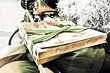 Pizza-Pause in Italien. Die beiden Abenteurer radeln über den Balkan und durch die Türkei weiter in den Nahen Osten; von dort geht es nach Nordafrika und schließlich die afrikanische Ostküste herunter bis zum Ziel ihrer Reise: Kapstadt.