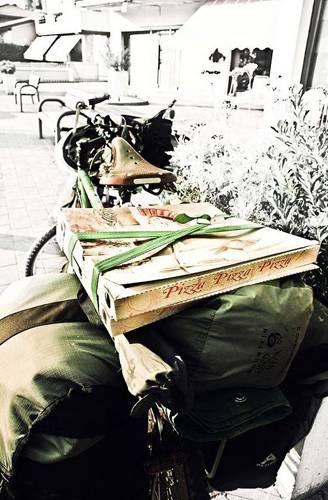 """Reise-Kochbuch """"Spices & Spandex"""": Pizza-Pause in Italien. Die beiden Abenteurer radeln über den Balkan und durch die Türkei weiter in den Nahen Osten; von dort geht es nach Nordafrika und schließlich die afrikanische Ostküste herunter bis zum Ziel ihrer Reise: Kapstadt."""