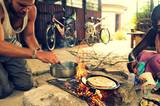 Eine der vielen Lehren, die Tom von seiner Reise mit nach Hause bringt: Man braucht keine teure Küche, um gut zu kochen. Auf einer einfachen Feuerstelle - wie hier in Kenia - können die besten Mahlzeiten aller Zeiten gekocht werden.