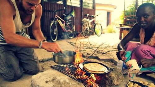"""Reise-Kochbuch """"Spices & Spandex"""": Eine der vielen Lehren, die Tom von seiner Reise mit nach Hause bringt: Man braucht keine teure Küche, um gut zu kochen. Auf einer einfachen Feuerstelle - wie hier in Kenia - können die besten Mahlzeiten aller Zeiten gekocht werden."""