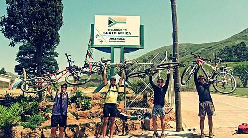 """Reise-Kochbuch """"Spices & Spandex"""": 25 Grenzen überqueren Tom und Matt, bis sie schließlich Südafrika erreichen. Nach 501 Tagen erreichen sie ihr Ziel: Kapstadt."""