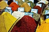 Auf dem Gewürzmarkt in Istanbul ziehen die Farben und Gerüche des Orients Tom in ihren Bann. Sein Kochbuch ist auch eine Liebeserklärung an die Aromen und Zutaten, die er während seiner Reise auf den Märkten und Basaren kennenlernt.