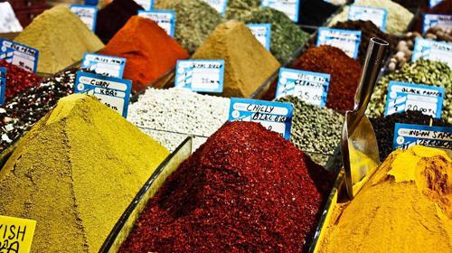 """Reise-Kochbuch """"Spices & Spandex"""": Auf dem Gewürzmarkt in Istanbul ziehen die Farben und Gerüche des Orients Tom in ihren Bann. Sein Kochbuch ist auch eine Liebeserklärung an die Aromen und Zutaten, die er während seiner Reise auf den Märkten und Basaren kennenlernt."""