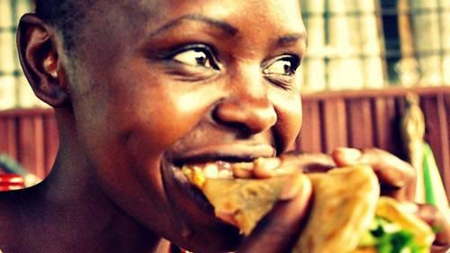 """Reise-Kochbuch """"Spices & Spandex"""": Die kenianische Botanikerin Rabi teilt das Lieblingsessen ihrer Kindheit mit Tom: Chapatis, hauchdünne Fladenbrote."""