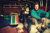 """... doch Tom gibt nicht auf: Im Sudan kauft er sich ein schrottreifes Motorrad mit Beiwagen, macht es flott und nennt es Frank. Sechs Monate später, im Süden Tansanias, gibt """"Frank"""" den Geist auf. Die letzten 4000 Kilometer bis Kapstadt legt Tom wieder mit dem Rad zurück."""