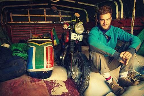 """Reise-Kochbuch """"Spices & Spandex"""": ... doch Tom gibt nicht auf: Im Sudan kauft er sich ein schrottreifes Motorrad mit Beiwagen, macht es flott und nennt es Frank. Sechs Monate später, im Süden Tansanias, gibt """"Frank"""" den Geist auf. Die letzten 4000 Kilometer bis Kapstadt legt Tom wieder mit dem Rad zurück."""