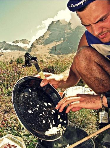 """Reise-Kochbuch """"Spices & Spandex"""": Die Alpen sind buchstäblich der erste Höhepunkt der Radtour. Tom und Matt quälen sich mit ihren schwer beladenen Rädern die Bergpässe hinauf. Oben wartet die Belohnung: ein selbstgekochtes Essen, zubereitet auf dem Campingkocher."""