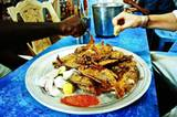 So isst man im Sudan: frittierter Fisch mit ganz viel Zitrone und Gewürzen. Gegessen wird mit der Hand.