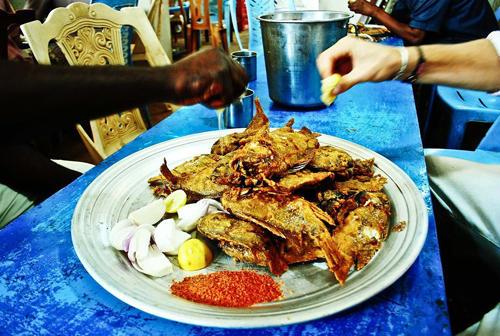 """Reise-Kochbuch """"Spices & Spandex"""": So isst man im Sudan: frittierter Fisch mit ganz viel Zitrone und Gewürzen. Gegessen wird mit der Hand."""