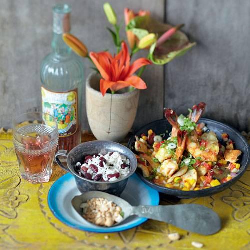 Reis und Bohnen, das ist typisch Karibik. Mango und Ingwer sorgen dafür, dass das Pfannengericht nach Sonne und Meer schmeckt. Zum Rezept: Hähnchen-Garnelen-Pfanne mit Bohnenreis