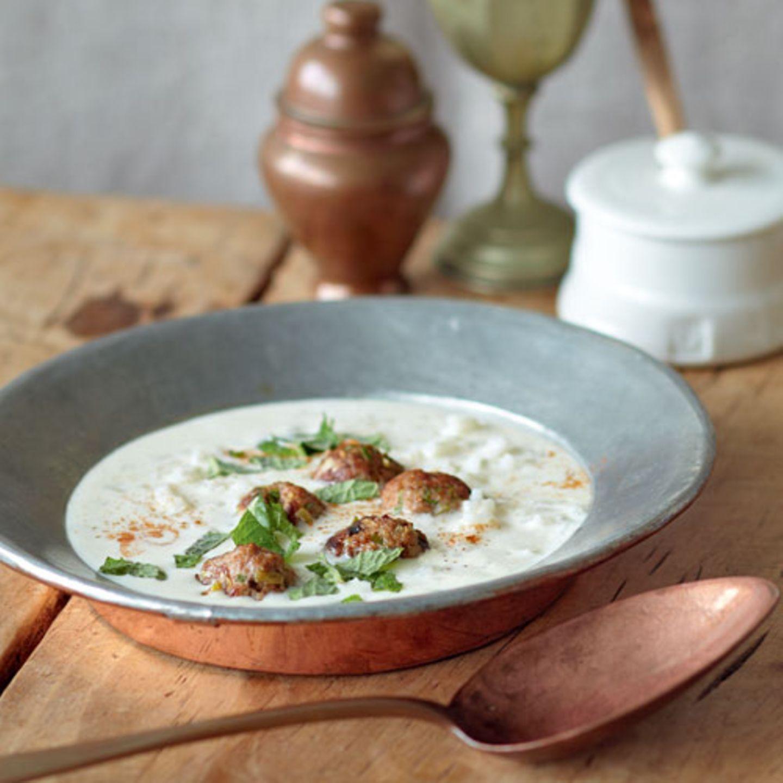 Jetzt wird's orientalisch: Kümmel, Cayennepfeffer und Minze geben der Suppe eine tolle Würze und geben uns beim Essen das Gefühl, direkt am Bosporus zu sitzen. Zum Rezept: Joghurt-Reis-Suppe