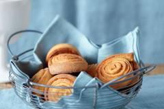Kanelbullar, so heißen Zimtschnecken in Schweden. Sie sind gar nicht schwer zu machen und schmecken selbstgebacken mindestens doppelt so gut wie vom schwedischen Bäcker. Zum Rezept: Zimtschnecken