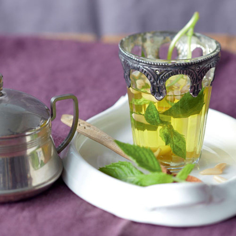 Mit etwas Minze und Pinienkernen wird aus einem schlichten grünen Tee eine marokkanische Spezialität. Zum Rezept: Frischer Minztee