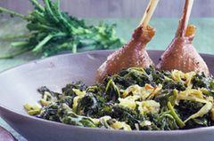 Wer's deftig mag, wird an diesem Rezept seine Freude haben: Grünkohl, Kartoffeln und Gänsekeulen werden im Ofen geschmort. So könnt ihr viele Gäste mit wenig Aufwand glücklich machen. Zum Rezept: Grünkohl mit Gänsekeule