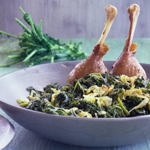 Wer's deftig mag, wird an diesem Rezept seine Freude haben: Grünkohl, Kartoffeln und Gänsekeulen werden im Ofen geschmort. So können Sie viele Gäste mit wenig Aufwand glücklich machen. Zum Rezept: Grünkohl mit Gänsekeule