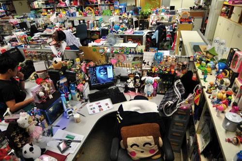 Job: Der Schreibtisch einer weiblichen Kollegin in Hongkong. Ob an einem Schreibtisch eine Frau oder ein Mann arbeitet, konnten die Forscher in den meisten Fällen an den Fotos erkennen.