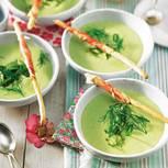 Das fein säuerliche Süppchen wird gekühlt serviert und erfrischt auch durch seine Limetten- und Minze-Noten. Zum Rezept: Gurken-Kefir-Suppe mit grünem Spargel