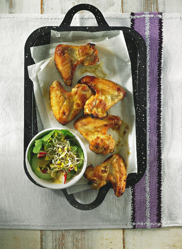 Zu den würzigen Chicken Wings, die mit einer Paste aus Ahornsirup, Ketchup und Tabasco bestrichen werden, gibt es frischen Gurkensalat mit Radieschen und Honig-Dressing. Zum Rezept: Chicken-Wings mit Gurkensalat