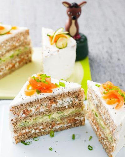 Heute bleibt der Ofen kalt, denn die schwedische Smoergastarta wird geschichtet, nicht gebacken: aus Toastbrot-Scheiben, Lachscreme und Gurkencreme. Clever: Mit einem schmalen, scharfen Messer in Stücke schneiden, damit die Torte in Form bleibt! Zum Rezept: Smoergastarta