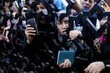 """Auch an der Grenze zu Ägypten stehen die Flüchtlinge Schlange. Ägypten hatte die Grenze am Donnerstag für verwundete Palästinenser geöffnet, damit diese behandelt werden können. 510 Palästinenser seien nach Ägypten gebracht worden, teilte die UN-Hilfsorganisation für Palästinaflüchtlinge UNRWA mit. Danach schloss Ägypten die Grenze wieder. Die Menschen an den Toren warten vergeblich. So können Sie helfen: Das Deutsche Rote Kreuz stellt dem Palästinensischen Roten Halbmond - der Schwesterorganisation vor Ort - 200.000 Euro als Soforthilfe für die Zivilbevölkerung zur Verfügung. Besonders nötig seien medizinische Güter, aber auch die psychosoziale Betreuung von Kindern, die besonders unter der Situation leiden. Das Rote Kreuz geht von 100.000 traumatisierten Kindern aus. Mehr finanzielle Mittel werden dringend benötigt. Deshalb ruft das DRK zu Spenden auf unter dem Stichwort """"Krise Nahost"""" auf das Spendenkonto 41 41 41, Bank für Sozialwirtschaft, BLZ 370 205 00."""