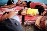 Völlig erschöpft schlafen die Flüchtlinge auf notdürftigen Matratzen-Lagern. Gaza erlebt die schlimmsten Kämpfe seit Jahren. Rund 580 Palästinenser wurden bislang getötet, davon zwei Drittel Zivilisten. Dreitausend Menschen wurden laut UN verletzt, darunter rund eintausend Kinder. Auf der israelischen Seite starben 27 Menschen, davon neun Soldaten.