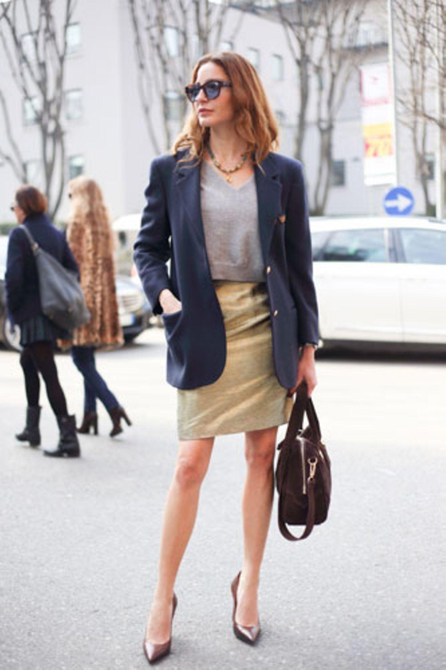 Nicht nur - wie hier - auf der Fashion Week in Paris sind Sie mit diesem Blazer gut gekleidet. Der dunkelblaue, gerade geschnittene Blazer mit Goldknöpfen ist ein Klassiker.