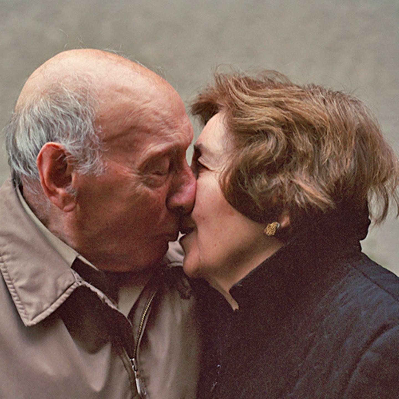"""Es war ein Liebesbrief ihres Großvaters, den die Fotografin Lauren Fleishman zu ihrem Fotoprojekt """"Love ever after"""" inspiriert hat. Während des Zweiten Weltkriegs schrieb ihr Opa ihrer Oma einen rührenden Text. """"Aus dem Brief sprach eine junge Liebe - voller Freude und Hoffnung auf ein gemeinsames Leben. Es hat mich mit meinem Großvater und seiner 59-jährigen Ehe verbunden. Das war im normalen Leben so nicht möglich"""", schreibt Lauren Fleishman. Daraufhin hat die New Yorkerin drei Jahre lang Paare besucht, die seit über 60 Jahren verheiratet sind. Sie fotografierte sie in ihren vier Wänden und befragte sie über ihre Beziehung. Die Fotos zeigen eine tiefe Liebe, die Zitate sind aber auch ein ehrliches Zeugnis ihrer Zeit. Angie Terranova, Staten Island, New York """"Man denkt nicht über das Älterwerden nach. Man wird zusammen älter und wenn man die andere Person jeden Tag sieht, bemerkt man die großen Veränderungen nicht. Man sieht ja auch nicht, dass man selbst eine kleine Falte bekommen hat und diese am nächsten Tag etwas tiefer geworden ist. Ich denke nicht jeden Tag daran, dass man Mann 83 Jahre alt ist und 84 wird. Hilfe - ich bin mit einem alten Mann verheiratet? Nein. Ich hoffe, er fühlt dasselbe."""""""