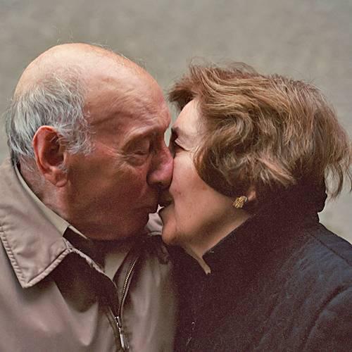 """Liebe fürs Leben: Es war ein Liebesbrief ihres Großvaters, den die Fotografin Lauren Fleishman zu ihrem Fotoprojekt """"Love ever after"""" inspiriert hat. Während des Zweiten Weltkriegs schrieb ihr Opa ihrer Oma einen rührenden Text. """"Aus dem Brief sprach eine junge Liebe - voller Freude und Hoffnung auf ein gemeinsames Leben. Es hat mich mit meinem Großvater und seiner 59-jährigen Ehe verbunden. Das war im normalen Leben so nicht möglich"""", schreibt Lauren Fleishman. Daraufhin hat die New Yorkerin drei Jahre lang Paare besucht, die seit über 60 Jahren verheiratet sind. Sie fotografierte sie in ihren vier Wänden und befragte sie über ihre Beziehung. Die Fotos zeigen eine tiefe Liebe, die Zitate sind aber auch ein ehrliches Zeugnis ihrer Zeit. Angie Terranova, Staten Island, New York """"Man denkt nicht über das Älterwerden nach. Man wird zusammen älter und wenn man die andere Person jeden Tag sieht, bemerkt man die großen Veränderungen nicht. Man sieht ja auch nicht, dass man selbst eine kleine Falte bekommen hat und diese am nächsten Tag etwas tiefer geworden ist. Ich denke nicht jeden Tag daran, dass man Mann 83 Jahre alt ist und 84 wird. Hilfe - ich bin mit einem alten Mann verheiratet? Nein. Ich hoffe, er fühlt dasselbe."""""""