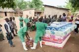 """""""Ärzte ohne Grenzen"""" hilft den Menschen auch, sich zuhause vor Ebola zu schützen. Erkrankt ein Familienmitglied, wird es von der Familie isoliert und das Haus desinfiziert. Hier werden neue Matratzen an betroffene Familien verteilt. Das Vertrauen der Bevölkerung zu gewinnen, ist eine der schwersten Aufgaben. Viele glauben, die Helfer selbst seien für den Ausbruch der Seuche verantwortlich."""