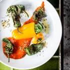 Die orangen Minipaprika werden mit einem aromatischen Erbsen-Minz-Mus und ganzen Pinienkernen gefüllt. So entsteht eine schnelle Vorspeise mit viel Charakter. Zum Rezept: Gefüllte Minipaprika mit Erbsen-Minz-Mus und gerösteten Pinienkerne