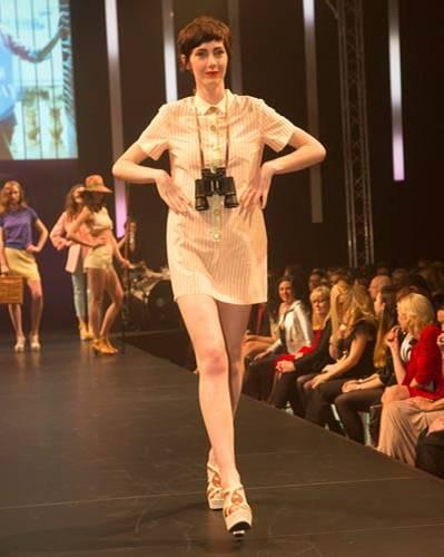 BRIGITTE Fashion Event: Ab in den Urlaub! Das süße Streifenkleid ist von Sessùn, die Sandalen sind von Pons Quintana.