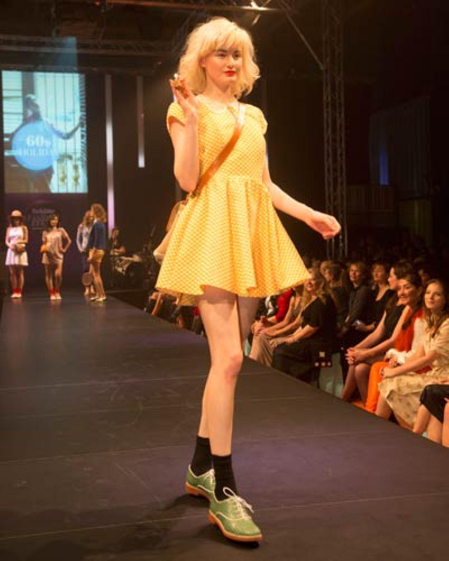 Swinging Sixties: Gelb gepunktetes Minikleid von Primark, Umhängetasche von Sessùn. Schuhe: Pons Quintana.