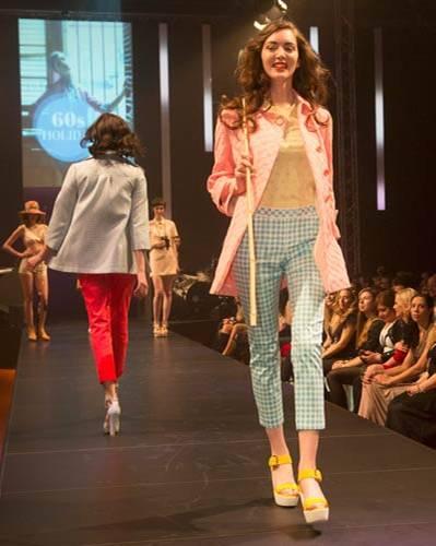 BRIGITTE Fashion Event: So gehen Sorbetfarben! Gelber Pulli von Steffen Schraut, Mantel gesehen bei TK Maxx, Hose von Laurèl und Schuhe von Hogan.