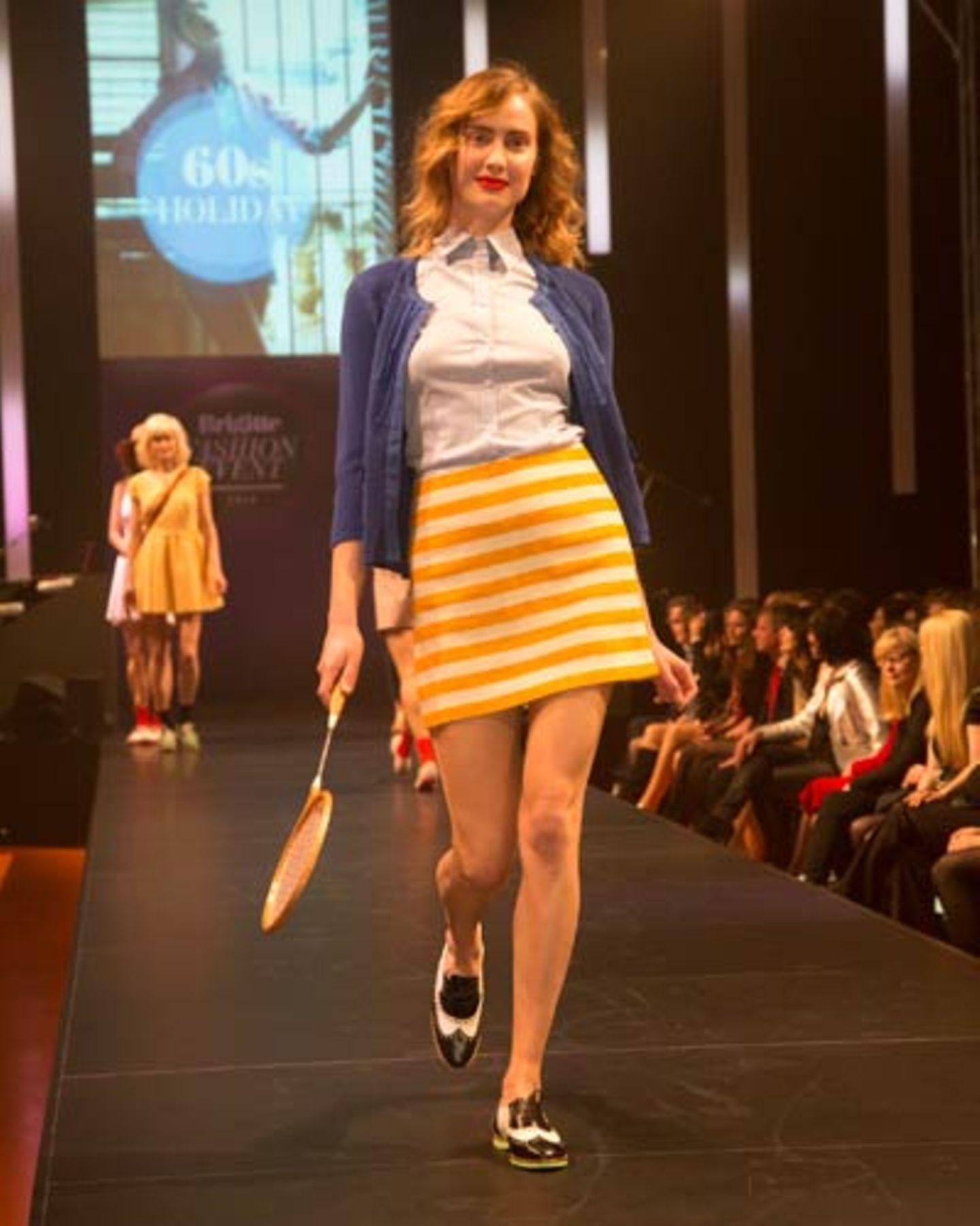 Zum gestreiften Rock von Esprit kombinieren wir eine Bluse von van Laack, ein Cardigan von Betty Barclay und Schuhe von Pretty Ballerinas. Socken: Item M6. Tennisschläger: Vintage.