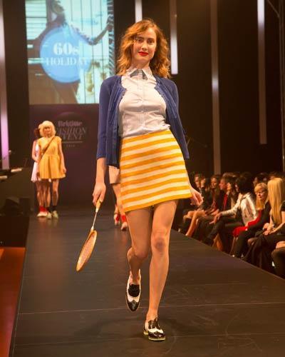 BRIGITTE Fashion Event: Zum gestreiften Rock von Esprit kombinieren wir eine Bluse von van Laack, ein Cardigan von Betty Barclay und Schuhe von Pretty Ballerinas. Socken: Item M6. Tennisschläger: Vintage.