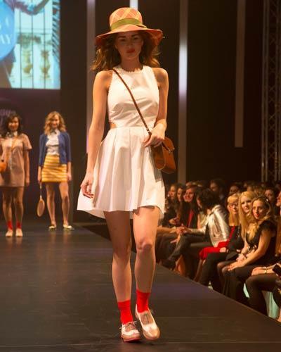 BRIGITTE Fashion Event: Weißes Kleid mit Cut-Outs von Asos, Hut von Inverni, Schuhe von Pretty Ballerinas. Socken: Item M6. Tasche: Vintage.