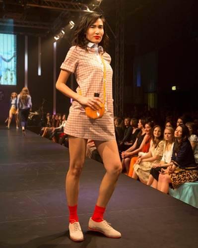 BRIGITTE Fashion Event: Das Minikleid stammt von Sessùn, die Schuhe sind von Pretty Ballerinas. Socken: Item M6. Feldflasche: Vintage.