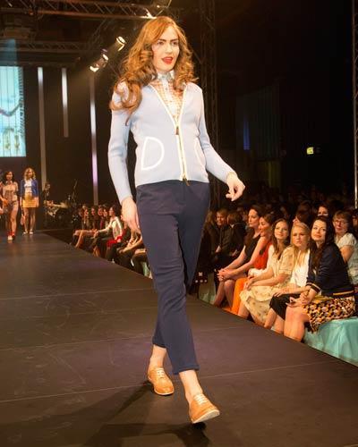 BRIGITTE Fashion Event: Cardigan: Barbara Lohmann. Hose: René Lezard. Bluse: Sessùn. Schuhe: Floris van Bommel.