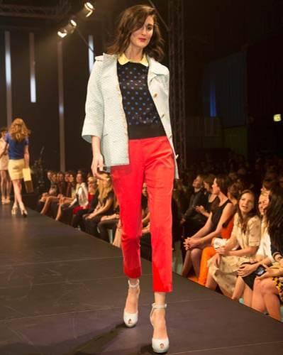 BRIGITTE Fashion Event: Die Hose in der Trendfarbe Rot ist von The Line Up über Peek & Cloppenburg. Dazu kombinieren wir eine Jacke von Coje und  einen Pulli von Steffen Schraut. Poloshirt von Brax, Schuhe von Paco Gil.