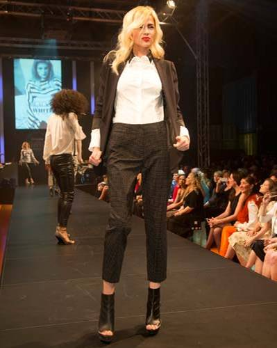 BRIGITTE Fashion Event: Der Blazer ist von Tibi, die Bluse von St. Emile, die Hose von Riani und die Schuhe sind von Vic Matié.