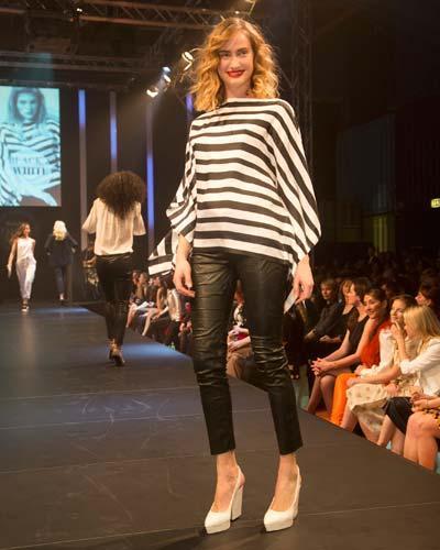 BRIGITTE Fashion Event: Das geringelte Oberteil ist von Hauber, die Hose von Inwear und die Schuhe gibt es bei H&M.