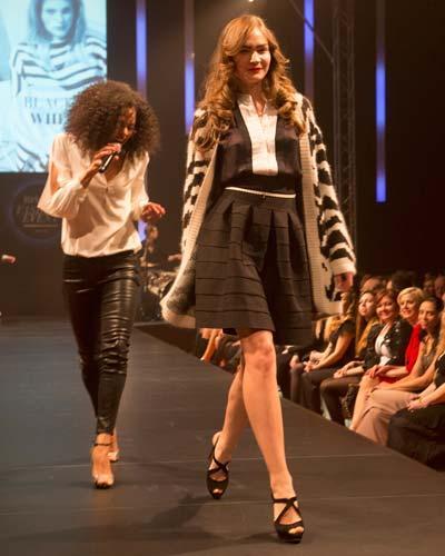 BRIGITTE Fashion Event: Der gemusterte Cardigan ist von by Malene Birger, die Bluse von InWear, der Rock von Samsøe ? Samsøe, der Gürtel von Elisabetta Franchi und die Schuhe gibt es bei Konstatin Starke.