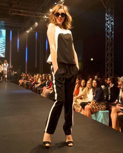 BRIGITTE Fashion Event: Das Oberteil ist von Selection by s.Oliver, die Hose von Oui Collection, Schuhe von Nelly und die Brille gibt es bei Fielmann.