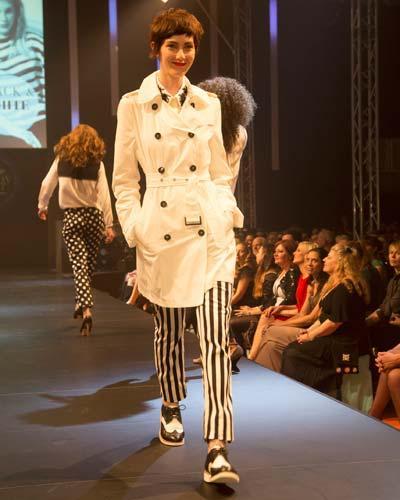 BRIGITTE Fashion Event: Weißer Trench von Gil Bret, Bluse von Schumacher, gestreifte Hose von Oui Collection und die Schuhe sind von Raw Collection by G-Star.